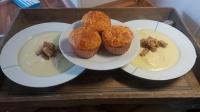 Suppe mit Croutons und Pizza-Muffins