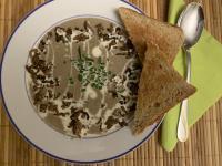 Champignon-Creme-Suppe mit Hackfleisch und Sahnee-Schnittlauch-Topping