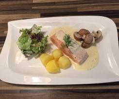 Gedünsteter Lachs mit Gartengrün, Champignons und Dill Beurre Blanc