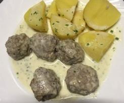 Hackbällchen / Kochklopse in Kräutersahnesoße mit Kartoffeln