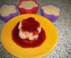 Variation von Grießpudding zum Stürzen mit Früchtesauce