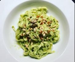 Tagliatelle mit Avocado-Feta-Creme & Pinienkernen