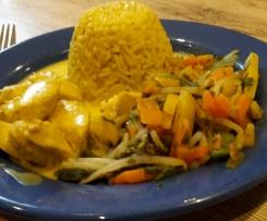 Hühnchen in Kokos-Curry-Soße und Gemüse