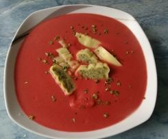 Rote Beete Suppe mit Maultaschen