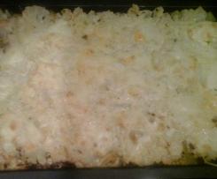 Variation von Gemüse-Kartoffelauflauf mit Hackfleisch in einer Kräuter-Frischkäsesoße, mit Käse überbacken