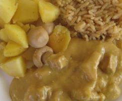 Putengeschnetzeltes in Currysoße mit Reis und Kartoffelwürfel