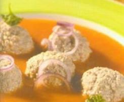 Rote Zwiebelsuppe mit Hackbällchen