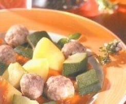 Variation von Zucchini mit Hackfleischbällchen in Tomatensauce