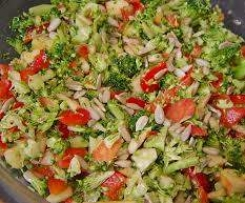 Brokkoli-Rohkost-Salat mit Pinienkernen