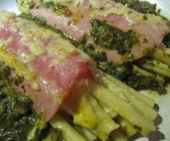 Nudel-Schinken-Rollen auf Spinat-Tomaten-Bett