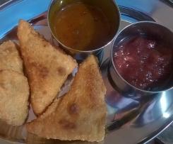 Samosas, indische gefüllte Teigtaschen, vegan