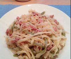 Sauerkraut mit bunten Bandnudeln