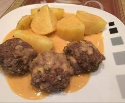 Kohlfrikadellen mit Salzkartoffeln und Zwiebelsoße