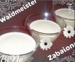 Waldmeister-Zabaglione auf frischen Erdbeeren