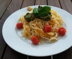 Nudeln mit Rucola-Pesto und Kirschtomaten
