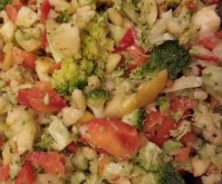 Fettreduzierte Variation von Brokkolisalat mit Pinienkernen