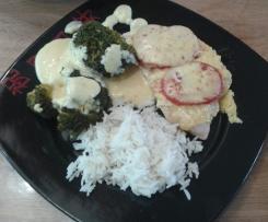 überbackene Putenschnitzel mit Brokkoli, Reis und Sauce Hollandaise