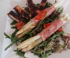 Spargel im Schinkenmantel auf Salat