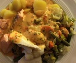 Gemüse-Fisch-Platte mit Kartoffeln und Paprikasauce