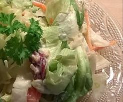 Sommerlicher gemischter Salat mit Feta-Vinaigrette