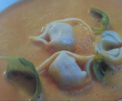 Karotten(Möhren)-suppe mit Tortellini