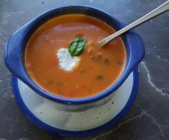 Tomatencremesuppe mit Gemüsewürfeln