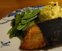 japanischer Lachs / Nori-Mantel / Wasabi-Püree / Gemüse