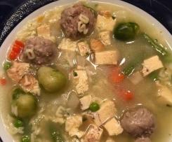 Nudelsuppe mit Fleischklößchen und Gemüse