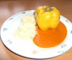 Gefüllte Paprikaschoten mit Reis und Tomatensauce