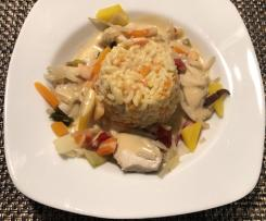 Chinesisches Hähnchen Gemüse mit Reis und Erdnusssosse