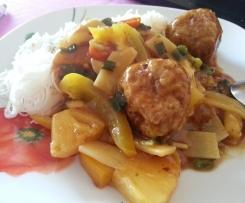 Hackbällchen mit Ananas-Ingwer-Sauce & China Gemüse