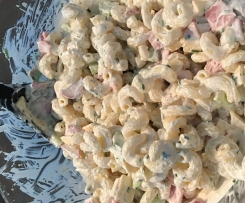Frischer leichter sommerlicher Nudelsalat