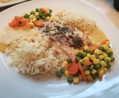 Variation All-in-One Lachsfilet mit Reis, Gemüse und heller Sauce