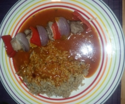 Fleischspieße mit Reis & Schaschliksoße