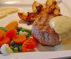 Kalbsmedaillons auf Sauce Béarnaise mit Kartoffelecken und Mischgemüse