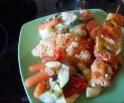 Schaschlik mit Sosse , Reis und Gemüse
