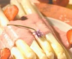 Spargel mit pikanter Erdbeersauce