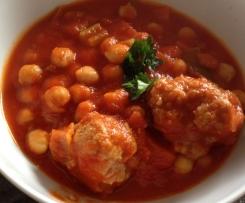 Kichererbsen-Tomateneintopf mit Hackbällchen