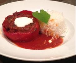 Gefüllte Paprika in Tomatensosse, Reis und Joghurtsauce