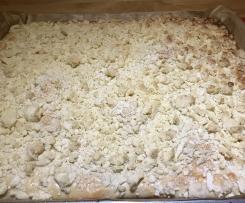 Gedeckter Apfel-Streuselkuchen aus Hefeteig
