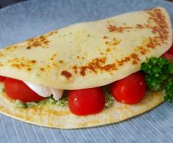 Eierkuchen mit Tomate, Mozzarella und Petersilienpesto