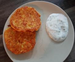 Kartoffel-Möhren-Puffer mit Kräuter-Joghurt-Dip