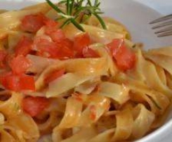 Variation von Tagliatelle in Tomaten-Rosmarin-Soße