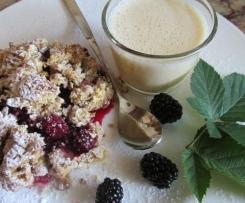 Beeren-Crumble mit Vanillesauce