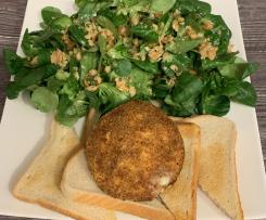 Gebackener Camembert auf Toast zu Feldsalat