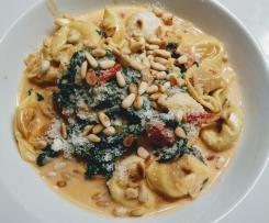 Tortellini mit Tomaten-Sahnesauce & Spinat