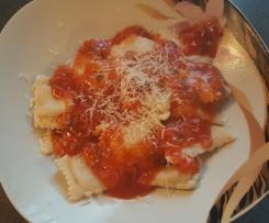 Ravioli mit Salbei - Tomatensoße