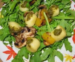 Rucola Salat mit Champignons und Mini-Knödel