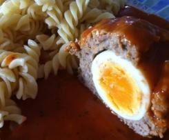 Ei im Hackfleischnest mit Tomatensoße