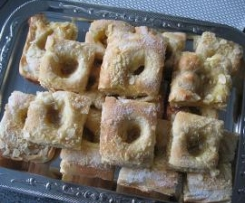 Hefe-Butterkuchen mit Apfelmus und Mandeln.
